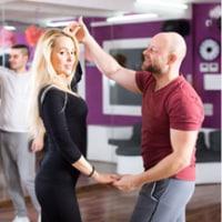 Danslektion där ni lär er dansa salsa