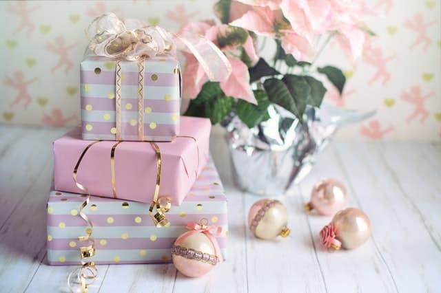 Lyxiga presenter till henne